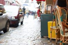 Sac de bagage sur la rue de ville prête à sélectionner en la voiture de taxi de transfert d'aéroport photographie stock libre de droits