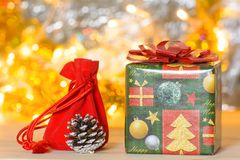 Sac de boîte-cadeau et de cadeau sur un plancher en bois Image libre de droits