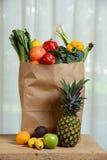 Sac de Brown d'épicerie avec des fruits et Vegetbales Photos libres de droits