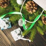Sac de cadeau avec des babioles et des branches de sapin place Photographie stock