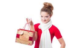 Sac de cadeau de Noël de fixation de jeune femme Image libre de droits