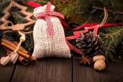 Sac de cadeau et d'autres décorations de Noël image stock