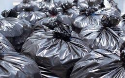 Sac de déchets noir sur la rue Photographie stock libre de droits
