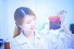 Sac de docteur asiatique disponible de sang Images libres de droits