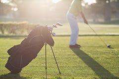 Sac de golf avec l'homme à l'arrière-plan Photos stock