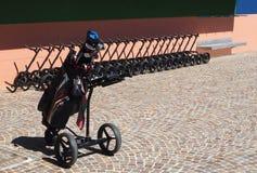 Sac de golf devant les chariots à golf alignés Photos libres de droits