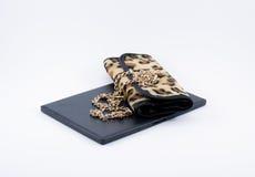 Sac de léopard de composition et chaîne d'or Photographie stock