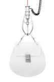 Sac de luxe de femmes de cuir blanc dans la griffe robotique de Chrome 3d rendent illustration stock