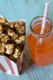 Sac de maïs éclaté de caramel avec la soude orange images libres de droits