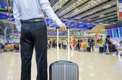Sac de marche de voyage d'homme d'affaires par un aéroport international Photos libres de droits
