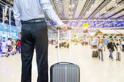 Sac de marche de voyage d'homme d'affaires par un aéroport international Image libre de droits