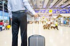 Sac de marche de voyage d'homme d'affaires par un aéroport international Photo libre de droits
