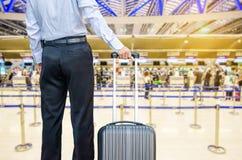 Sac de marche de voyage d'homme d'affaires par un aéroport international Image stock