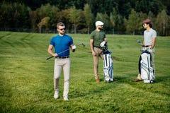 Sac de marche et de transport de joueur de golf sur le cours pendant le gam d'été Photos stock