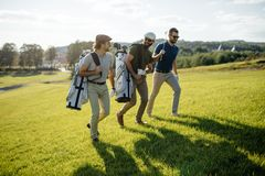 Sac de marche et de transport de joueur de golf sur le cours pendant le gam d'été Photo libre de droits