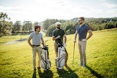 Sac de marche et de transport de joueur de golf sur le cours pendant le gam d'été Images stock