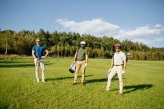 Sac de marche et de transport de joueur de golf sur le cours pendant le gam d'été Photographie stock
