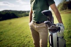 Sac de marche et de transport de joueur de golf sur le cours pendant le gam d'été Image libre de droits
