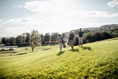 Sac de marche et de transport de joueur de golf sur le cours pendant le gam d'été Images libres de droits