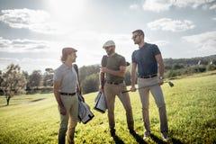 Sac de marche et de transport de joueur de golf sur le cours pendant le gam d'été Photo stock