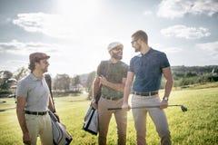 Sac de marche et de transport de joueur de golf sur le cours pendant le gam d'été Photographie stock libre de droits