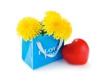 Sac de papier avec les fleurs et le coeur Photographie stock libre de droits