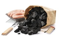 Sac de papier de charbon de bois, gril, saucisses Ensemble de pr?paration de barbecue photographie stock