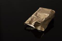 Sac de papier de Brown d'isolement sur le fond noir images stock