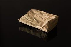 Sac de papier de Brown d'isolement sur le fond noir images libres de droits