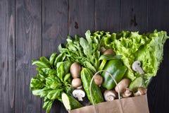 Sac de papier de nourriture biologique différente photo stock