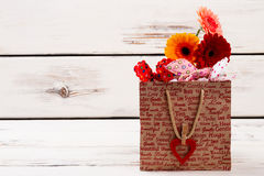 Sac de papier imprimé avec des fleurs photographie stock libre de droits