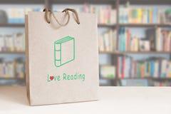 Sac de papier réutilisé sur un compteur dans une librairie l'espace vide de copie Concept de lecture d'amour Photographie stock libre de droits