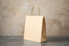 Sac de papier sur la table photographie stock libre de droits