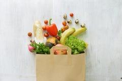 Sac de papier de vue supérieure de nourriture biologique différente images stock