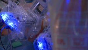 Sac de perfusion de sérum physiologique pendant la chirurgie robotique d'hystérectomie (2 de 2) banque de vidéos