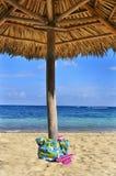 Sac de plage et schistes de la mer Images stock
