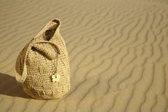 Sac de plage sur une dune de sable Photos stock
