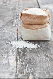 Sac de riz sur la table de chêne brun photo libre de droits