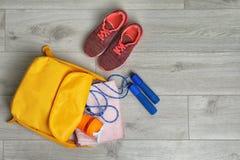 Sac de sports et équipement de gymnase photos stock