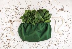Sac de toile à eco avec les épinards et le persil frais photographie stock libre de droits