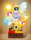 Sac de touristes avec les icônes et les symboles colorés d'été Images stock