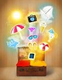 Sac de touristes avec les icônes et les symboles colorés d'été Image stock