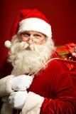 Sac de transport à Santa avec des cadeaux Image stock