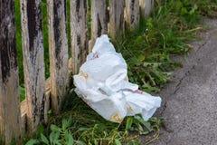 Sac de transporteur en plastique jeté comme déchets photo stock