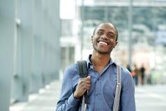 Sac debout de sourire d'homme d'affaires africain dans le bâtiment Image stock