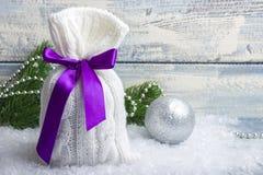 Sac du ` s de nouvelle année avec des cadeaux sur la neige et fond avec des jouets Image stock
