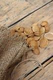 Sac du tissu de toile avec des pierres d'abricot Image stock