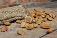 Sac du tissu de toile avec des pierres d'abricot Photo stock