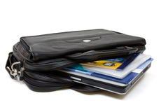 Sac en cuir noir d'ordinateur avec l'ordinateur portatif et les dépliants Photo libre de droits