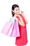 Sac heureux de fixation de fille d'achats Photo stock